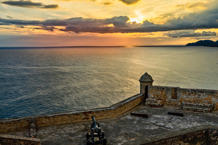 San Pedro de La Roca old Spanish fort walls with cannons, Carribean sea sunset view, Santiago De Cuba, Cuba 版權商用圖片