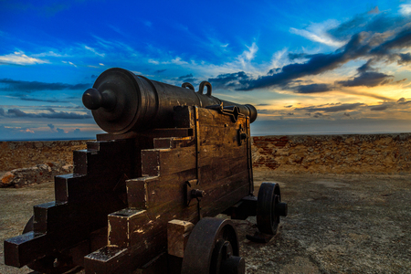 Old Spanish Cannon on the carriage in San Pedro de La Roca fort walls, with Caribbean sea sunset view, Santiago De Cuba, Cuba 版權商用圖片