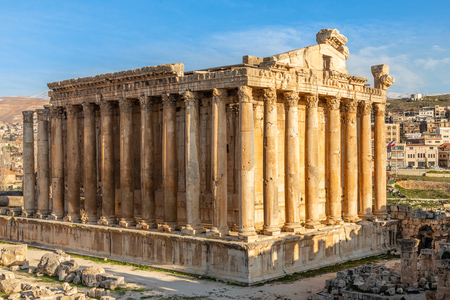 Colonne dell'antico tempio romano di Bacco con rovine circostanti e cielo blu sullo sfondo, Valle della Bekaa, Baalbek, Libano