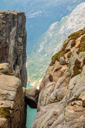 Kjeragbolten, vista dall'alto alla pietra incastrata tra due rocce con il fiordo sullo sfondo, Lysefjord, Norvegia