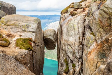 Kjeragbolten, la pierre coincée entre deux rochers avec fjord en arrière-plan, Lysefjord, Norvège