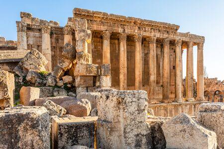 Columnas del antiguo templo romano de Baco con las ruinas circundantes de la antigua ciudad, el valle de Bekaa, Baalbek, Líbano Foto de archivo