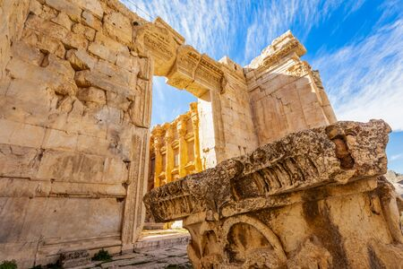 Antiguo templo romano de Baco y restos de uno de sus pilares con el cielo azul de fondo, el valle de Bekaa, Baalbek, Líbano Foto de archivo