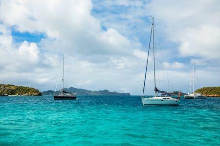 Mare turchese e yacht e catamarani ancorati, Tobago Cays, Saint Vincent e Grenadine, Mar dei Caraibi Archivio Fotografico