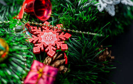 Christmas wreath decorated with decorative snowflakes and toys on a black background Stockfoto