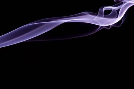 wisp: Paarse rook plukje stijgen tegen zwarte achtergrond