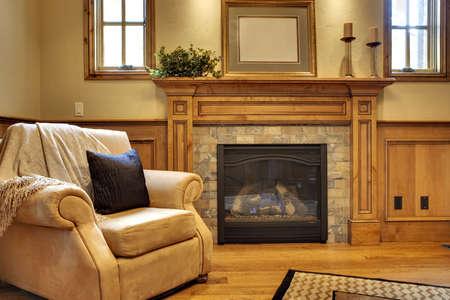 快適な椅子と暖炉のあるオフィス