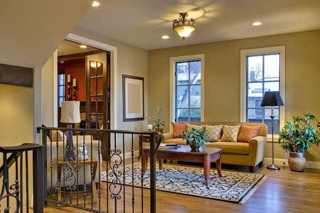 ホーム示すラウンジ席、階段の手すり、木製の床のロビー入り口。 写真素材