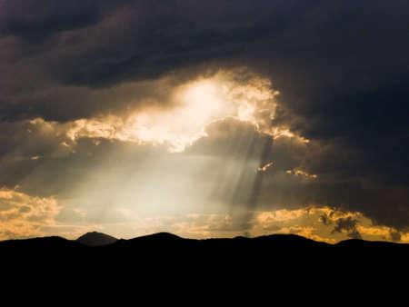 嵐の雲を通して太陽光線 写真素材