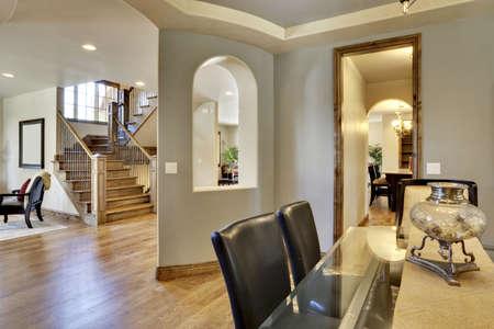 家の玄関と木製の床が付いている入口のビュー