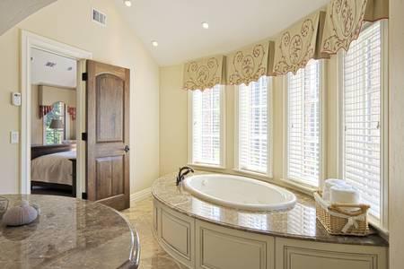 エレガントなバスルーム、大きな浴槽