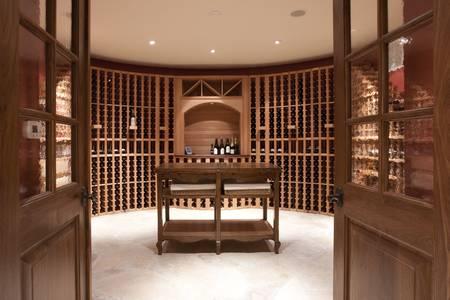 cave: Expansive cave � vin et une bouteille tablettes Banque d'images