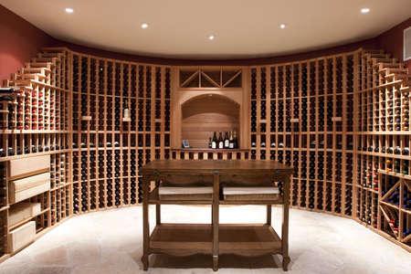 Uitgebreide wijnkelder en fles rekken Stockfoto