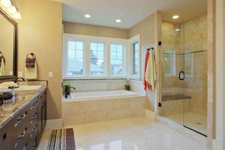 bad fliesen: Luxus-Badezimmer mit Granit-Arbeitsplatten und Bodenbel�ge Lizenzfreie Bilder