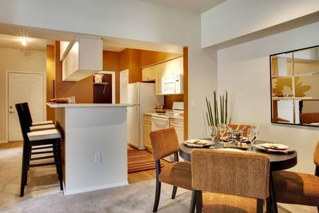 ダイニング キッチンとダイニング テーブル ビュー内のアパートです。