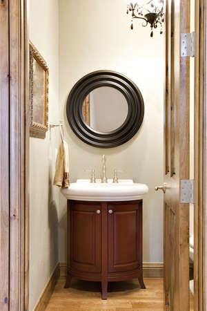 powder room: Peque�o ba�o elegante