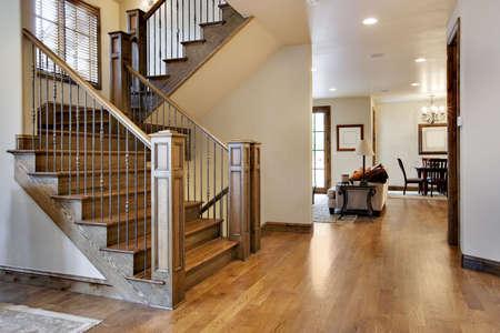 木材床ホームの入り口とホール