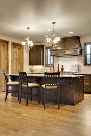 暗い木製キッチン花崗岩のカウンターと 写真素材