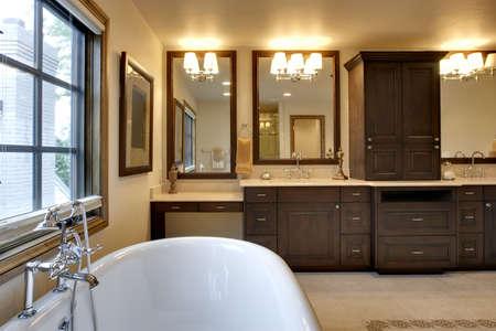 バスルームには浴槽と花崗岩のカウンター