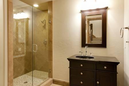 シャワーとバスルームの中を歩く