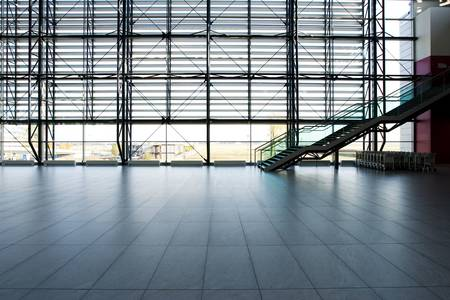 Prague Airport aankomsthal Glazen Muur