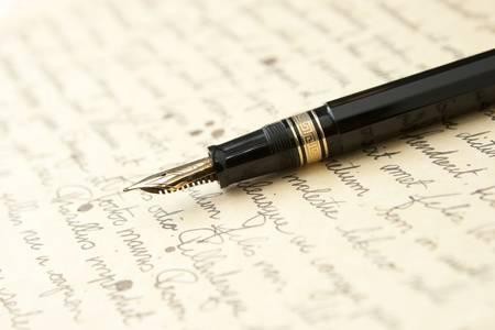 letras doradas: Pluma de oro con la letra y la escritura