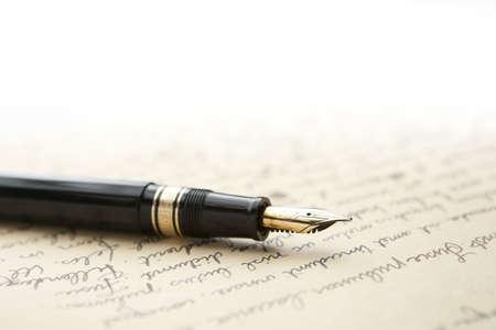 Gouden pen met de letter en schrijven  Stockfoto