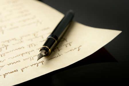 万年筆と極端な浅い被写し界深度と手紙。ペンのペン先の一番最後に焦点を当てます。 写真素材