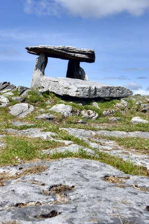 アイルランド西部のポータル墓石 写真素材