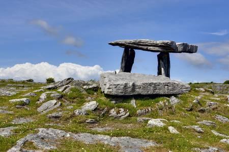 アイルランド西部でポータル墓石
