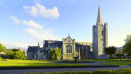 Saint Patrick Cathedral Dublin Ierland. Ultra breed gezichtsveld met volledige architectuur Stockfoto
