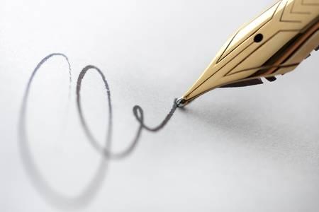 signing: Estremo ravvicinata di penna stilografica e firma. Fuoco con nitidezza critica sulla punta del pennino.  Archivio Fotografico