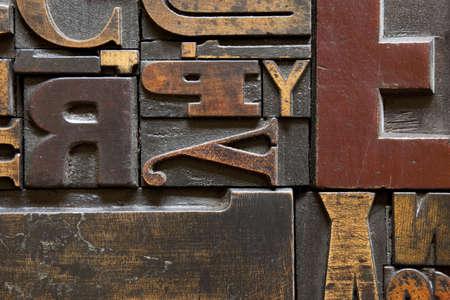 Old printing press letters arranged randomly across. Focus across entire surface. Standard-Bild