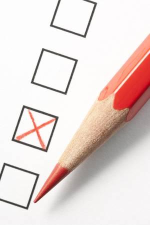 調査のチェック ボックスの横にある赤い x 記号赤鉛筆。鉛筆の先端に焦点を当てます。