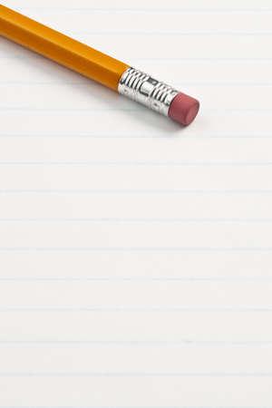 消しゴム鉛筆終了メモ帳に手書き。鉛筆の消しゴムの側に焦点を当てます。
