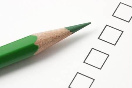 緑色鉛筆でチェック ボックスをオンの調査。鉛筆の先端に焦点を当てる