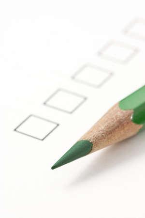 緑色鉛筆世論調査] チェック ボックス。鉛筆の先端に焦点を当てる