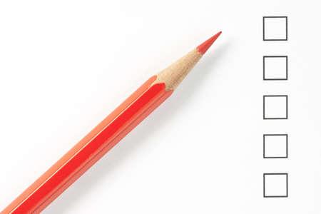 赤鉛筆で空白の調査箱をクローズ アップ。鉛筆の先端に焦点を当てます。 写真素材