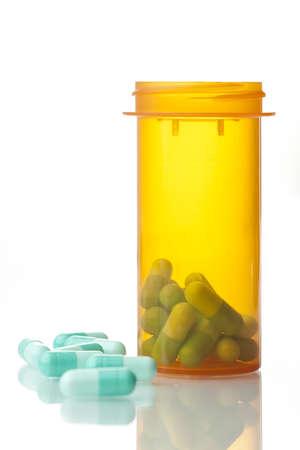 処方薬処方オレンジ ボトル ボトルで表面上。反射面と白い背景。
