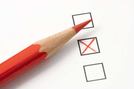 すぐ、マーク X 赤鉛筆でボックスを調査します。鉛筆の先端に焦点を当てます。