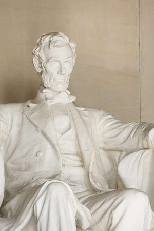 ワシントン DC のリンカーン記念館。胴体と頭のクローズ アップ。顔に焦点を当てます。