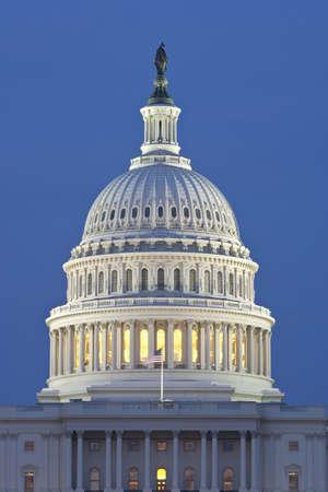 米国の国会議事堂のドーム。背後にある青い夜の空。
