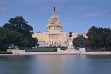 リフレクティング プール全体から夕暮れ時にアメリカ合衆国議会議事堂。国会議事堂のドームと建築に焦点を当てます。