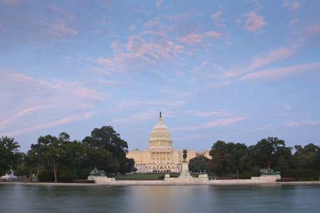 米国議会議事堂超視野夏の夕暮れ時にプールを反映するから。