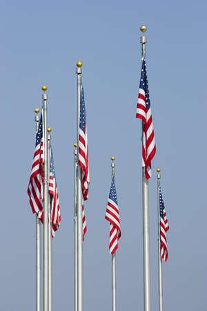 垂直方向の青い空に対してアメリカの旗。フロント中央の旗に焦点を当てます。