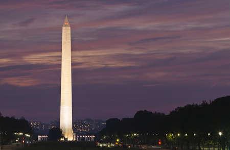 夕暮れ時のワシントン記念塔。紫とピンクの空に対する記念碑に焦点を当てます。