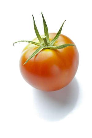 下にソフト シャドウと反射白で熟した赤いトマト 写真素材