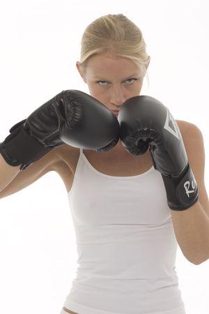 defensa personal: Retrato de una joven mujer cauc�sicos que kick boxing con guantes de boxeo