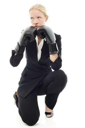 defensa personal: Retrato de una joven empresaria cauc�sicos con aire agresivo y guantes de boxeo  Foto de archivo