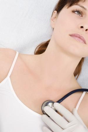 equipos medicos: m�dico visitas a una joven mujer cauc�sicos con estetoscopio